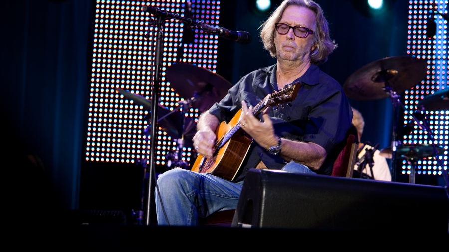 Eric_Clapton_live_on_acoustic_guitar