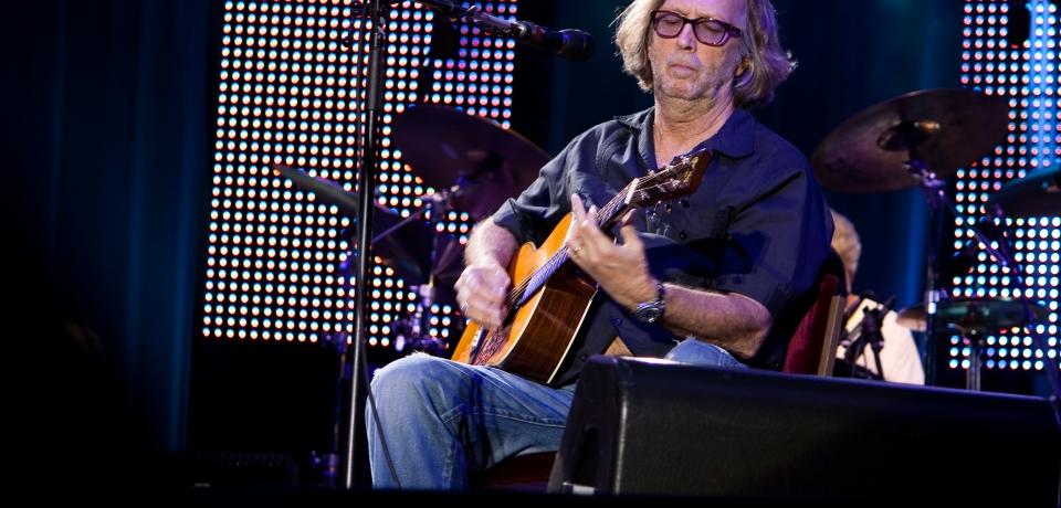 Eric_Clapton_live_on_acoustic_guitar